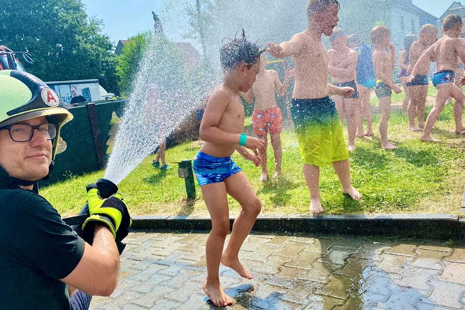 Richard Wehder von der Oderwitzer Feuerwehr hat den Kindern eine angenehme Abkühlung beschert.