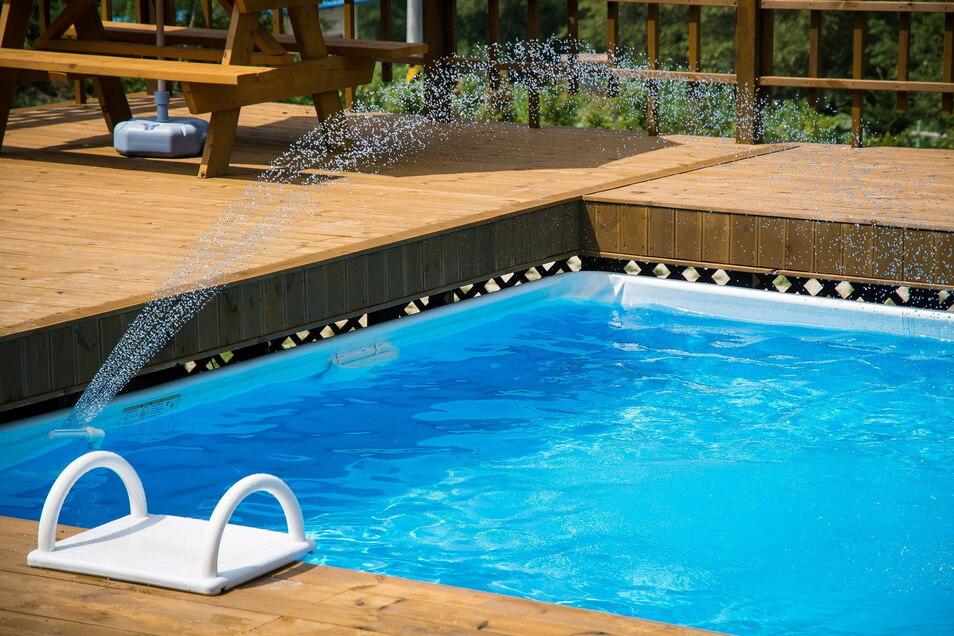 Ein bisschen Südseefeeling im Garten: Poolbauer werden mit Anfragen überhäuft und kommen mit dem Bauen und Liefern nicht hinterher. Sogar mit Beleidigungen müssen sie leben.