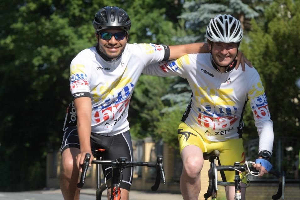 Frank Metzke (r.) und Vladimir Bolanos, ein Familienmitglied aus Kolumbien, starteten auf der Gedenkstrecke für den verstorbenen Seifhennersdorfer Radsportaktivisten Christian Metzke.
