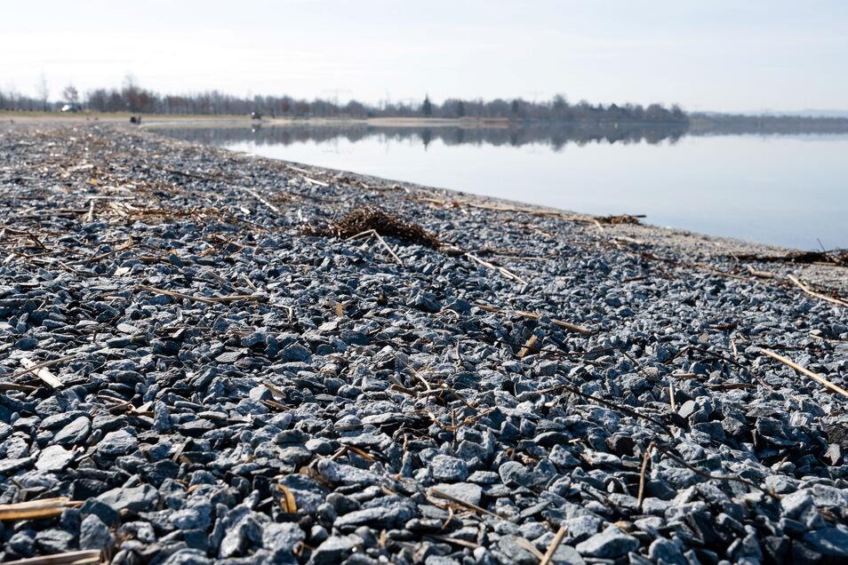 Da, wo der Sand weggespült wurde, bleiben nur Steine übrig.
