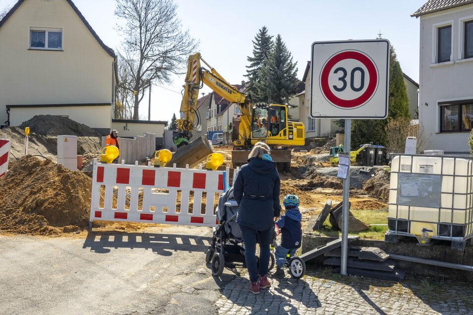 In Nickritz wird schon seit längerem die Hauptstraße gebaut. Auch in Corona-Zeiten laufen die Bauarbeiten weiter.