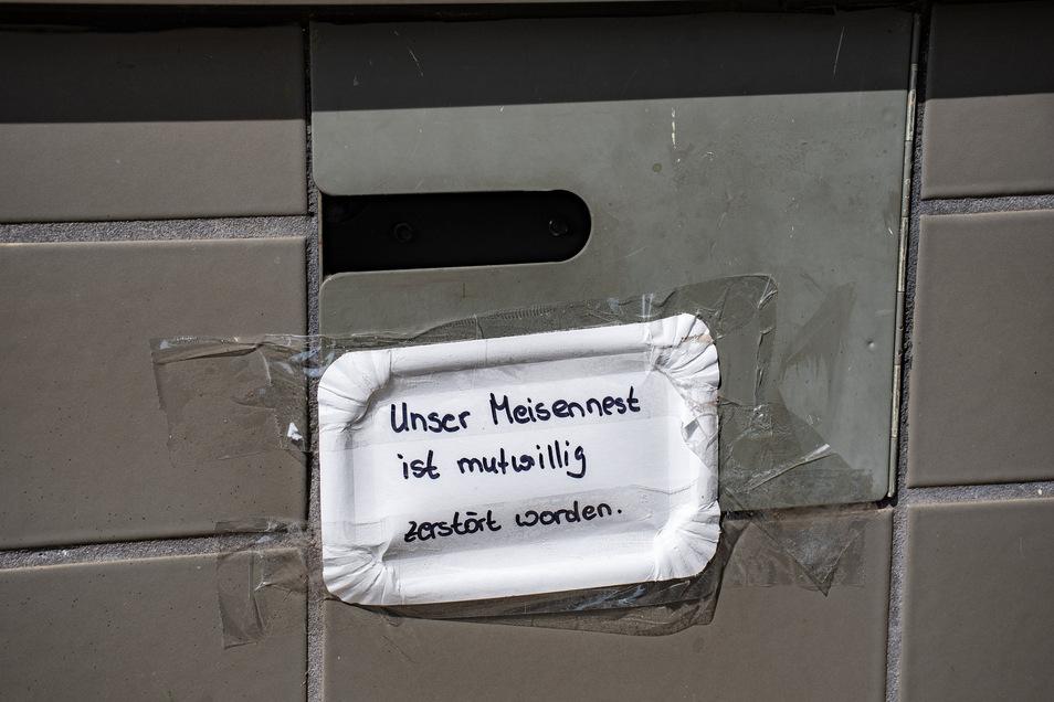Jetzt hängt am Nachtschalter der Esso-Tankstelle an der Leipziger Straße ein Pappschild: Unser Meisennest ist mutwillig zerstört worden. War es ein Waschbär?