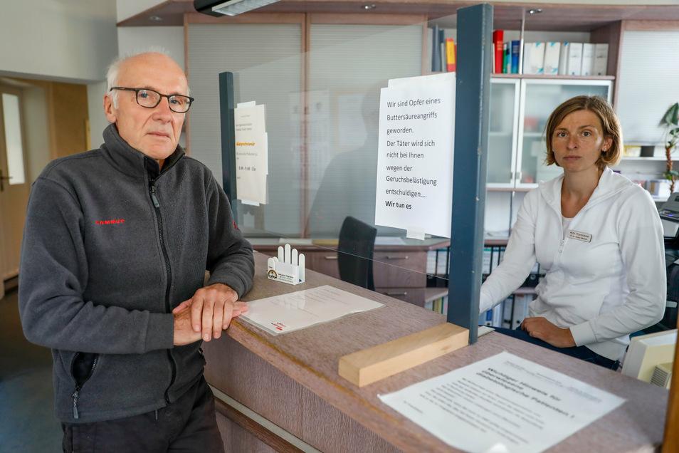 Die Fachärzte Michael Nowotny und Dr. Zdenka Prochazkova in der Anmeldung ihrer Doppel-Praxis in Zittau, wo sie sich nach dem Anschlag für längere Zeit nur selten aufhalten konnten.