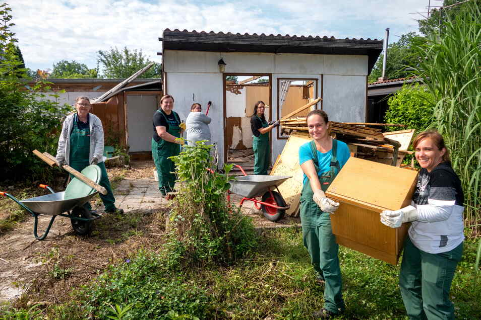 Isabelle Fligg (vorn links) und Navy Bös (rechts) räumen mit fünf weiteren Frauen in der Gartengruppe Schillerhöhe ungenutzte Lauben aus. Das Holz wird separat entsorgt.
