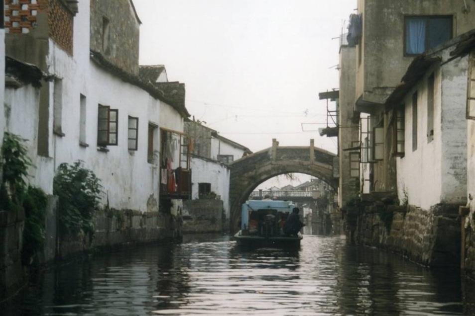 """Suzhou, China (7) Einwohner: 10 Millionen Fläche: 8500 km² Partnerstadt seit: 16.8.1999 Besonderheit: Wegen seiner vielen Kanäle trägt Suzhou den Beinamen """"Venedig des Ostens"""". Zur Partnerschaft: Die Partnerschaft gilt für den Stadtbezirk Wuzhong. Im April besucht eine Riesaer Delegation die Stadt."""
