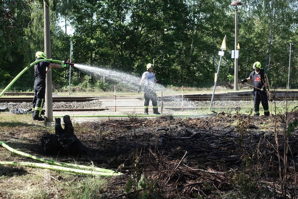 Die Roßweiner Feuerwehr hat die Fläche neben dem Bahnhofsgebäude gründlich eingeweicht, um alle Glutnester zu löschen.