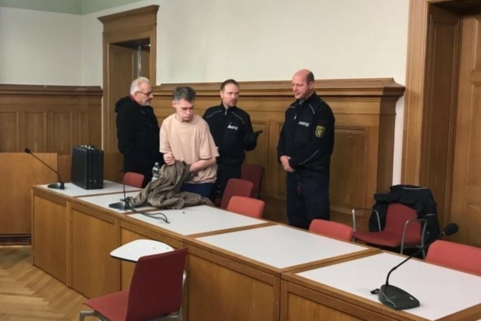 Frank H. (2. von links) muss erneut vor dem Landgericht erscheinen. Er sitzt derzeit in Untersuchungshaft.