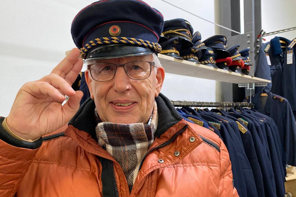 Karl-Heinz Knappe kam als Besucher aus Dresden zur Ausstellung. Als ehemaliger Reichsbahner kaufte er sich eine alte Mütze.