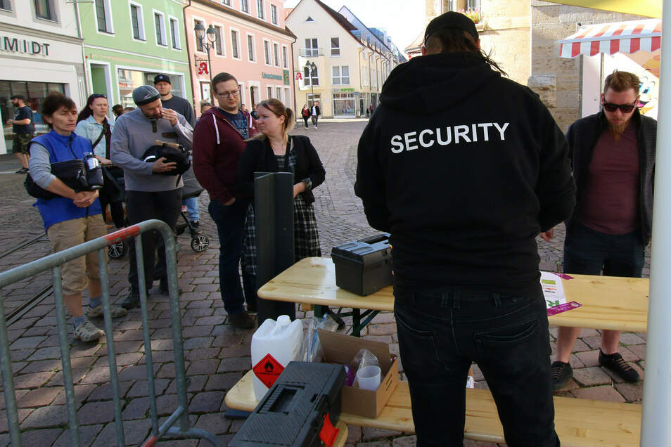 Die Security am Eingang sammelte Formulare ein und gab Chips aus, denn nur 500 Gäste durften auf den Platz.