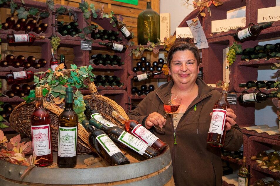 Stefanie Folde-Jäpel kümmert sich um die Weinvermarktung. Bis zu 30.000 Flaschen wirft der Weinberg von Pesterwitz jährlich ab.