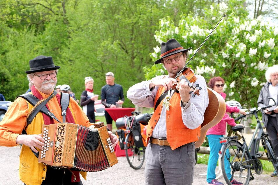"""Das Duo """"Liedfass"""" sorgte musikalisch für gute Stimmung in der Barth-Mühle. Auch wenn der Mühlentag abgesagt wurde, gab es für radelnde Besucher der Mühle im Triebischtal Bratwurst, Getränke, Kuchen und Kaffee im Freien."""