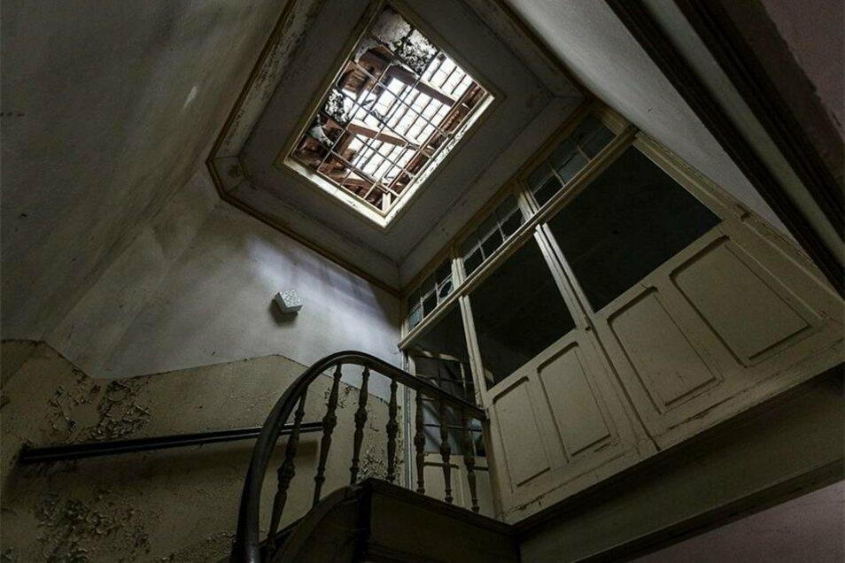 ...etwa vom Lichthof, der über einer Wendeltreppe liegt, die ins Dachgeschoss führt.