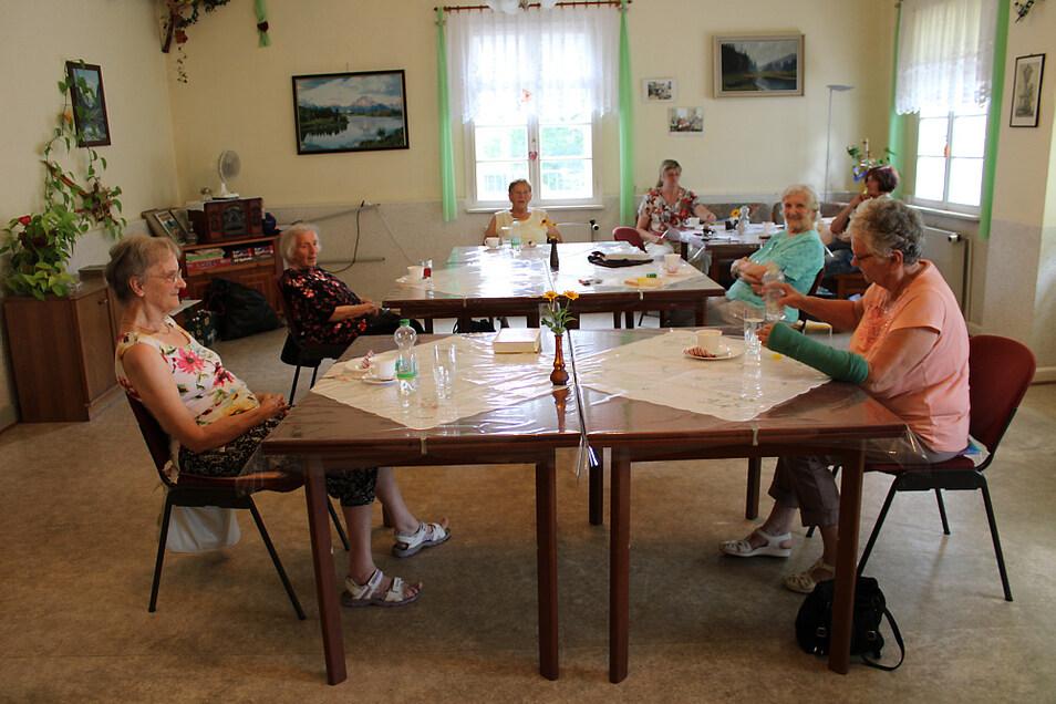 In kleinen Runden sitzt man im Caritas-Seniorentreff beisammen.
