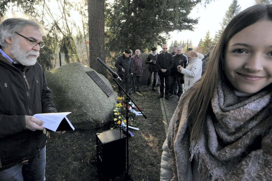Veronika Fuchs, Schülerin der Bruno-Bürgel-Oberschule in Weißwasser, las Geschichten zum Todesmarsch.