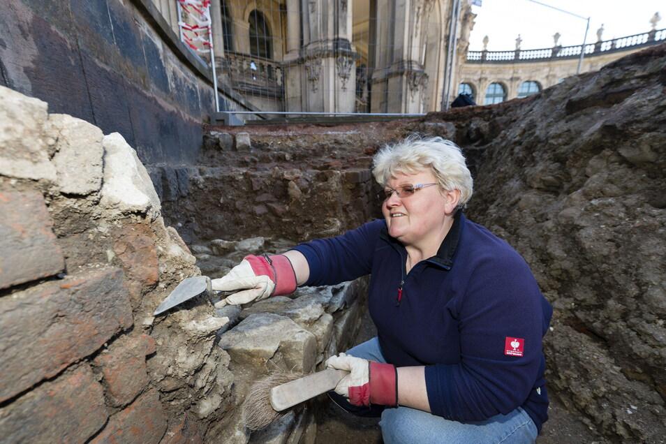Bereits im Frühjahr 2014 hatten Archäologen den Zwingerhof untersucht. Grabungsarbeiterin Thea Redke hatte dabei dieses Stück der alten Stadtmauer freigelegt. Direkt davor war der alte Stadtgraben, in dem sie kauerte.