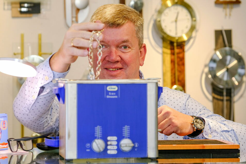 Dirk Teske reinigt je ein Schmuckstück seiner Kunden.