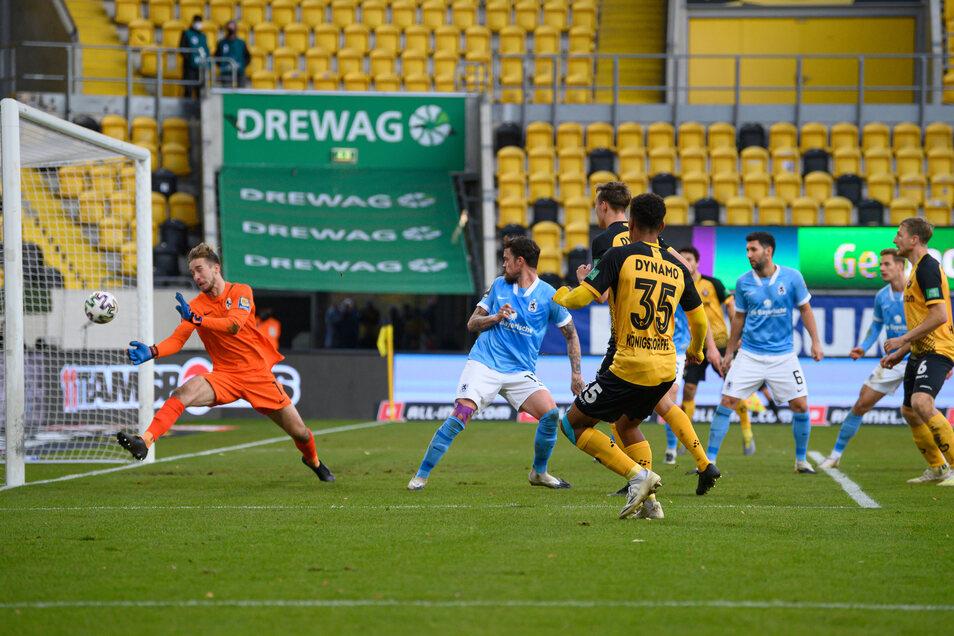 Und drin ist der Ball. Ransford-Yeboah Königsdörffer trifft zum 2:1 für Dynamo.