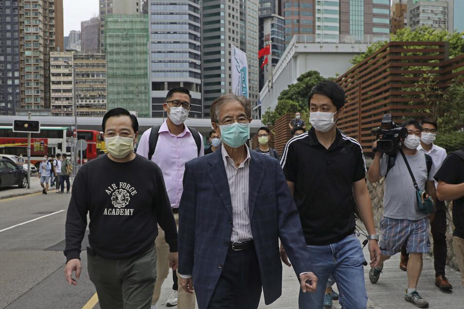 Martin Lee (M), ehemaliger Vorsitzender der Demokratischen Partei in Hongkong, verlässt eine Polizeistation.