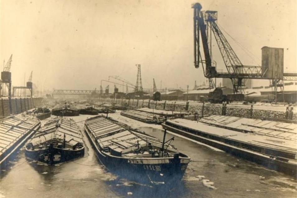 1933: Kurz zuvor hatte der Freistaat die Sächsische Elbhafenbetriebsgesellschaft gegründet und an diese die staatlichen Häfen in Dresden und Riesa verpachtet.