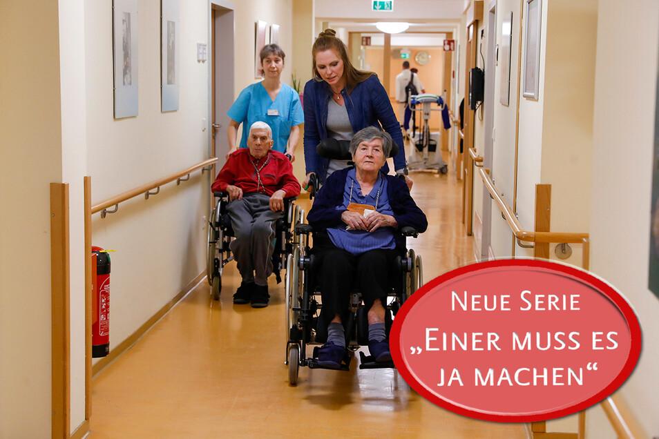 SZ-Redakteurin Romy Altmann-Kühr (rechts) hat zusammen mit Altenbetreuerin Romy Hänsch im Pflegestift Oberland die Senioren betreut.