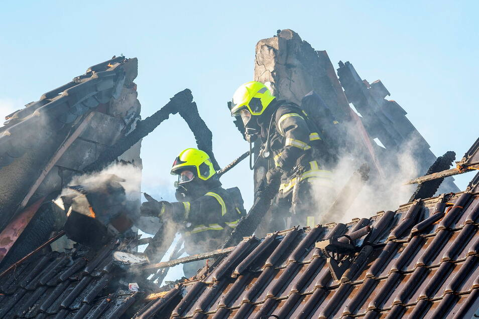Nach dem Löschen gingen die Feuerwehrleute auf die Suche nach weiteren Brandnestern im Dachstuhl.