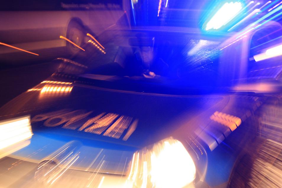 Die Polizei musste zu einem Mehrfamilienhaus in Pirna ausrücken. Ein Kinderwagen brannte.
