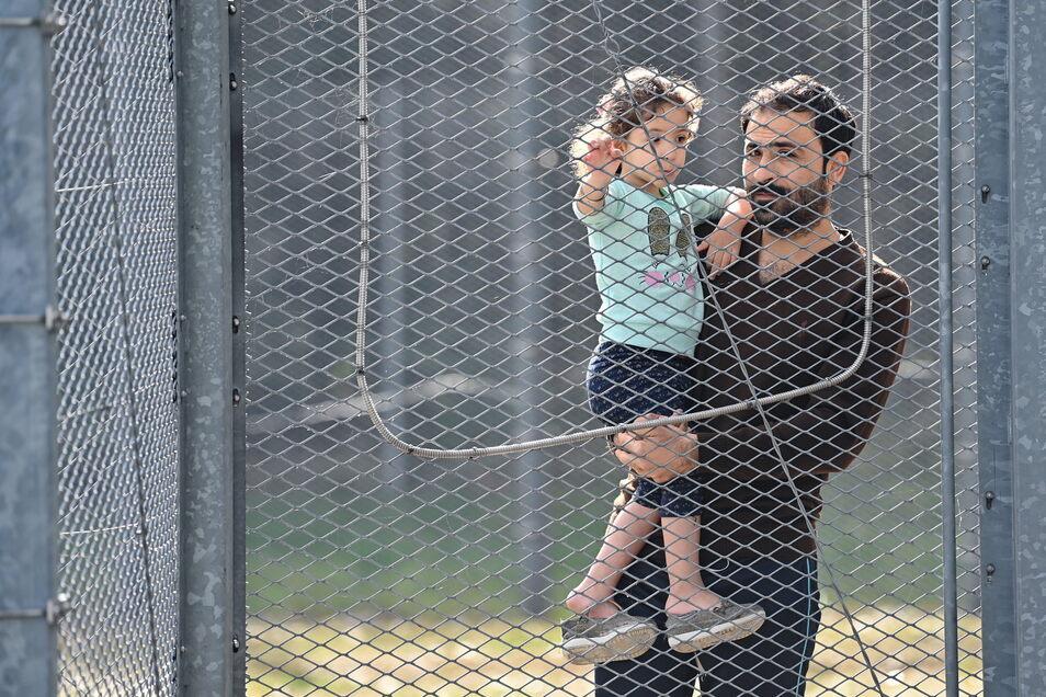Ein Vater und seine Tochter aus dem Irak in der Erstaufnahmeeinrichtung in Eisenhüttenstadt in Brandenburg