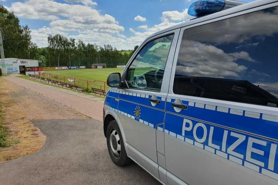 Die Polizei hat am Mittwochmittag die Schäden aufgenommen, die Randalierer auf dem Fußballplatz des VfB Leisnig hinterlassen haben.