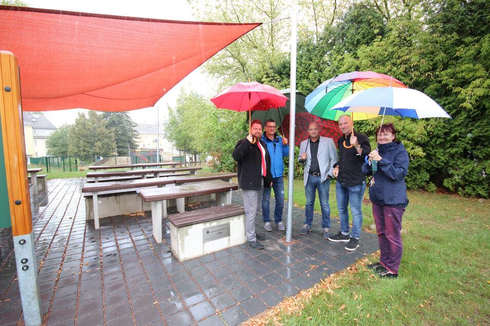 In strömendem Regen wurde am Montag das neue Sonnensegel offiziell seiner Bestimmung übergeben.