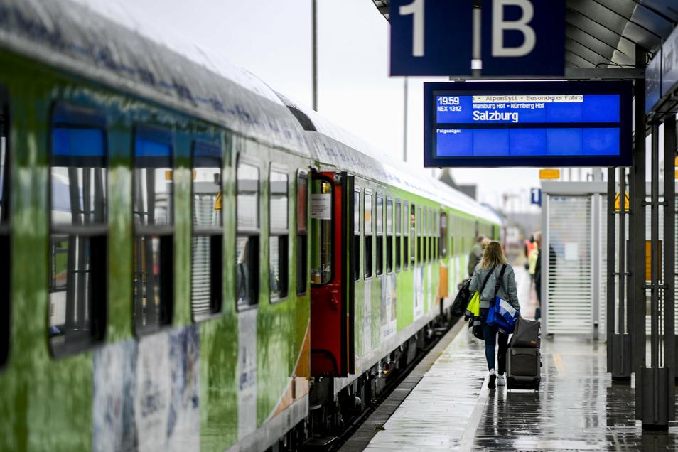 Fahrgäste des neuen Alpen-Sylt-Nachtexpress von Sylt nach Salzburg laufen kurz vor der Abfahrt des Zuges über den Bahnsteig.