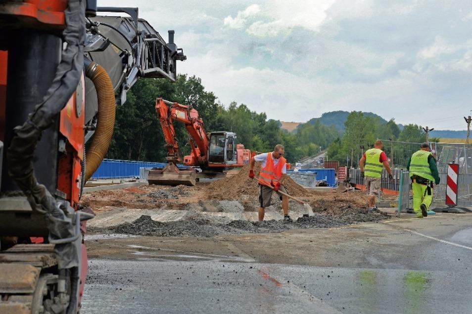 In dieser Woche ist die Fahrbahn der B 175 an der neuen Brücke abgefräst worden, um den Anschluss für den neuen Straßenbelag zu schaffen. Der wird in der kommenden Woche aufgezogen.
