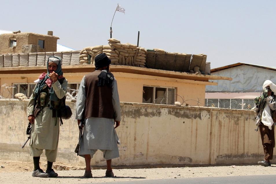 Taliban-Kämpfer halten Wache in der Stadt Ghazni südwestlich von Kabul.