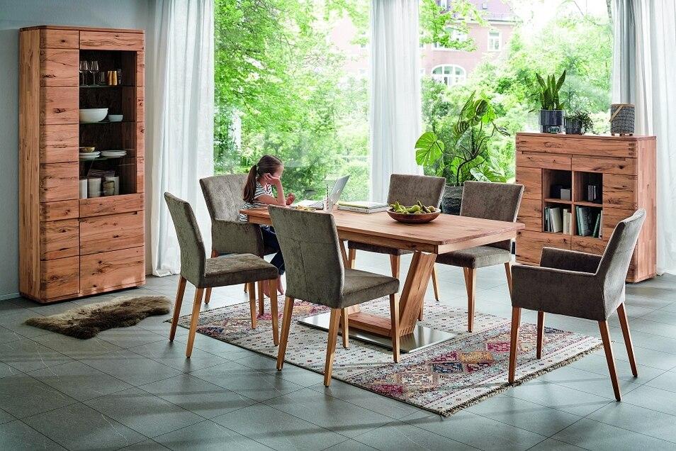 Zum Essen, Spielen, Lernen, Quatschen: Ein großer Massivholztisch ist eine Anschaffung fürs Leben.