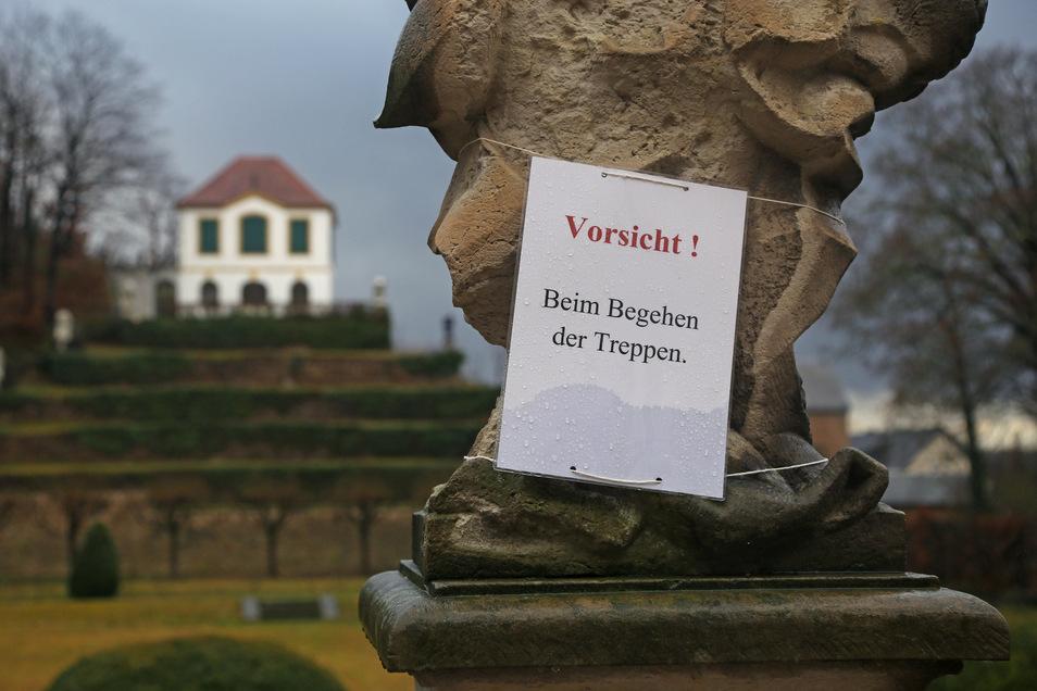 Dieser Zettel mahnt Besucher des Seußlitzer Schlossparks, die Treppe vorsichtig zu betreten.