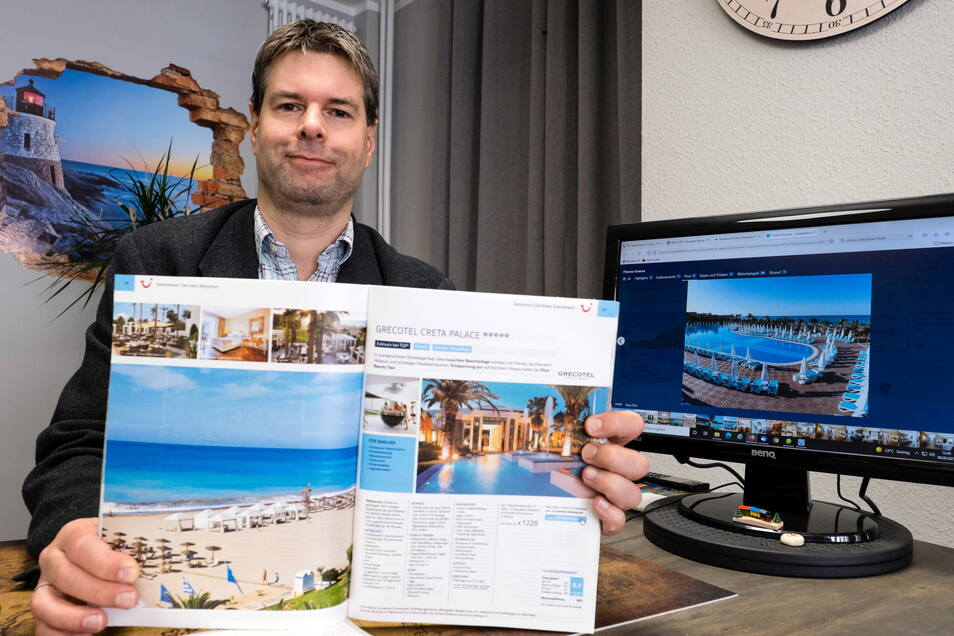 Mario Kosubek, Inhaber des Reisebüros Richter in Görlitz, zeigt Reiseziele für den Herbsturlaub.