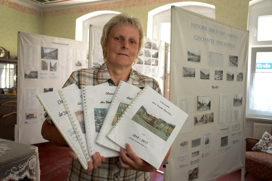 """Der Heimatverein Hartha hat wieder einen Antrag bei """"Wir für Sachsen"""" gestellt. Damit kann er Steffi Schmid, die ehrenamtlich die Chronik der Stadt weiterschreibt, eine Aufwandsentschädigung zahlen."""