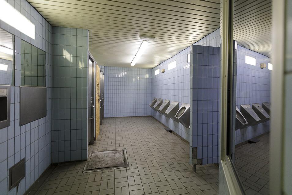 Die Herrentoilette im Görlitzer Bahnhof macht auf den ersten Blick einen gepflegten Eindruck. Allerdings sind vier von sechs Urinalen und eine von vier Toiletten verschlossen und somit nicht nutzbar.