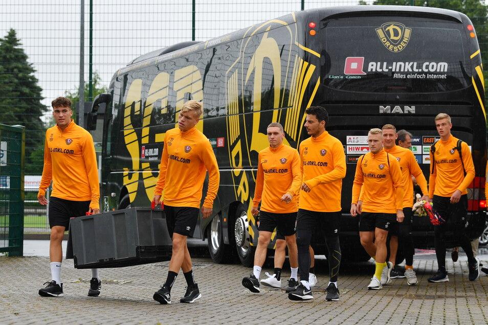 MIt dem Bus ist die Mannschaft vom Mannschaftshotel ins Heiligenstadt zum Trainingsplatz gefahren. Eigentlich liegt dieser nur drei Minuten fußläufig entfernt.