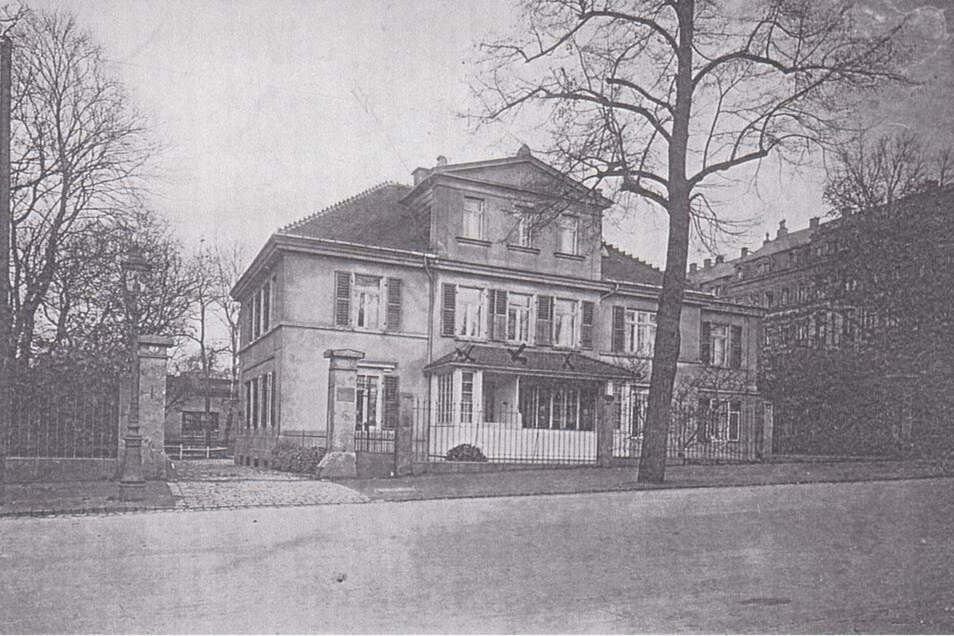 Die historische Aufnahme zeigt die Vorderseite des Behrschen Hauses im vorigen Jahrhundert.