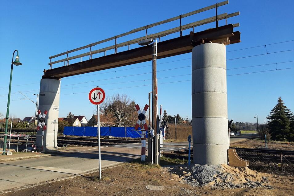 Eine Bautzener Baufirma hat an den Bahnübergängen in Glaubitz diese fünf Meter hohen Kabelbrücken errichtet.