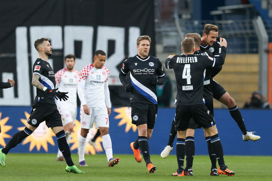 Bielefelds Torschütze Manuel Prietl (r) feiert seinen Treffer zum 1:0 mit Marcel Hartel (l-r), Sven Schipplock, Joakim Nilsson und Mike van der Hoorn.