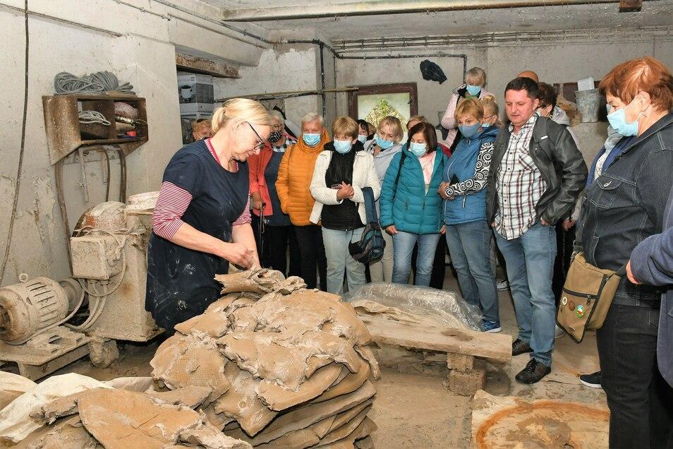 Kathrin Najorka zeigt den polnischen Besuchern ihre Töpferei in Krauschwitz.