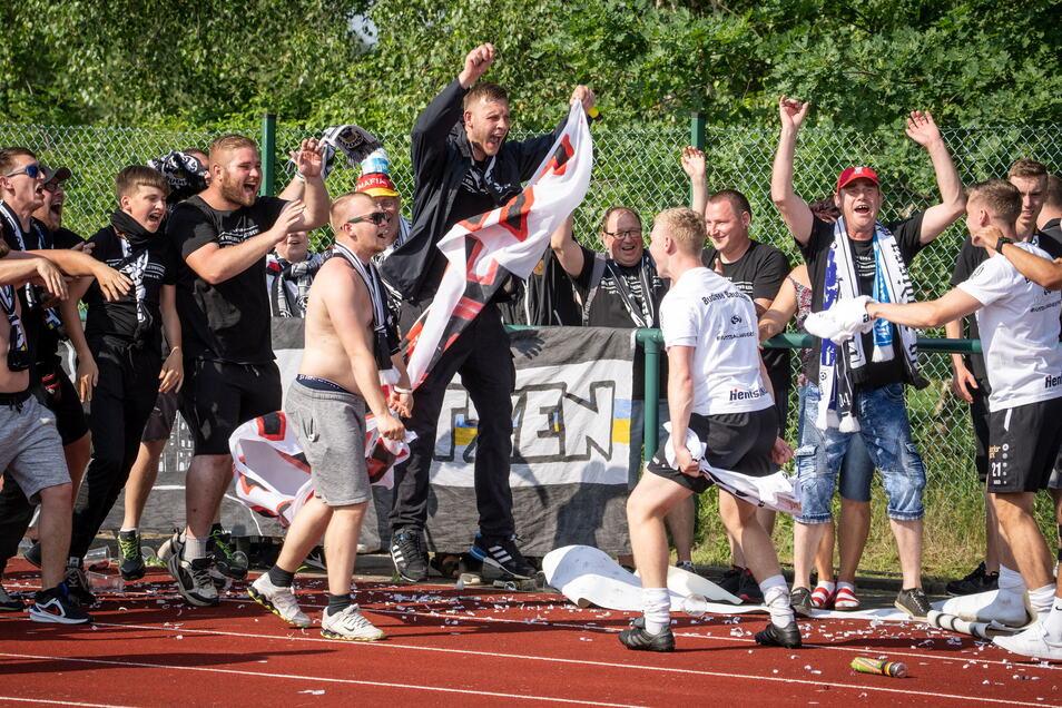 Die Spieler von Budissa Bautzen freuen sich gemeinsam mit den Fans über den Aufstieg.