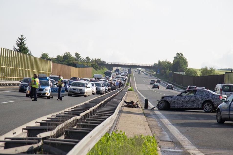 Durch herumfliegende Trümmerteile wurden vier Autos auf der gegenüberliegenden Fahrbahn in Richtung Chemnitz beschädigt.