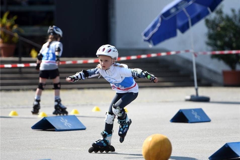 Die Wintersportvereine der Oberlausitz veranstalteten einen Inliner-Vielseitigkeitswettbwerb.  Die 10 jährige Nina gehörte mit zu den jüngsten Startern.