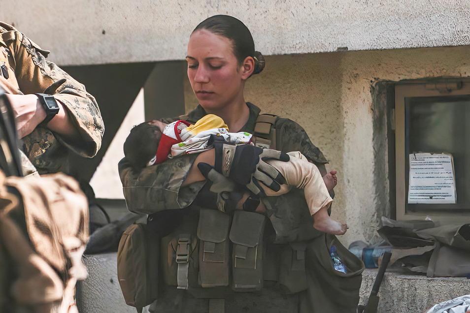 Sgt. Nicole Gee mit einem Baby während einer Evakuierung am Hamid Karzai International Airport in Kabul.