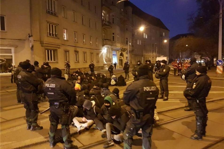 Linke Demonstranten versuchen am Nürnberger Ei den Naziaufmarsch zu blockieren.