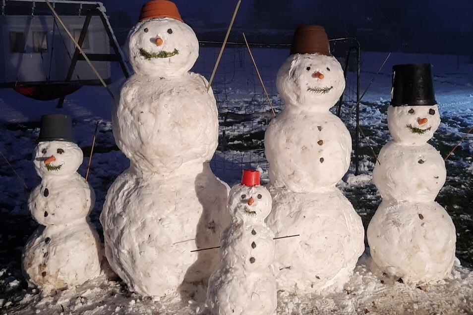 Valentin (6 Jahre), Lenya (12) und Belinda (3) Busch aus Waldheim haben gemeinsam mit ihren Eltern diese Schneemannfamilie gebaut.