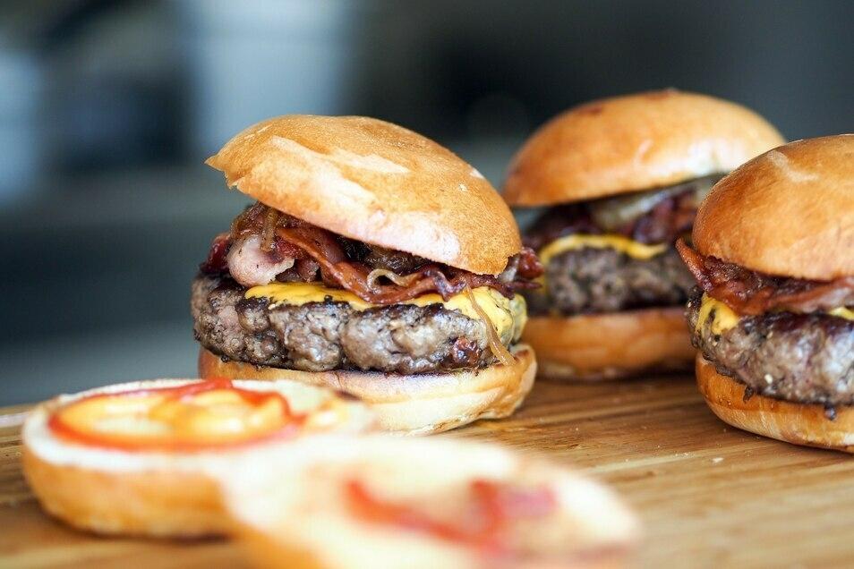 Kein Grillgut ist einfacher zu brutzeln als der klassische Burger.