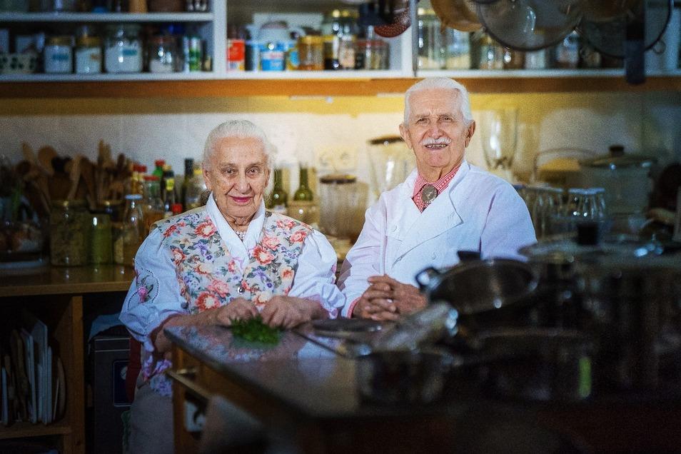Ursula und Christian Gruhl aus Coschütz führen ein Wohnzimmer-Restaurant. Dort fand am Sonnabend das erste Treffen der Dampferfreunde statt, die künftig als Verein die Flotte unterstützen wollen.
